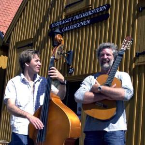 Bildetekst Louis med musikeren Nils Mathisen i Stavern  Foto: Østlands-Posten  Les artikkel